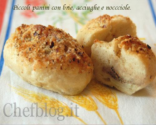 Piccolo pane con Brie, acciughe e nocciole.