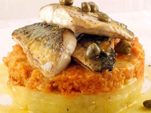 Sgombro, patate, pane e pomodoro
