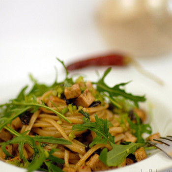 Linguine tofu, olive e rucola
