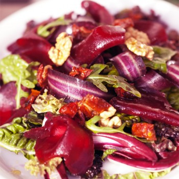 Insalata invernale con barbabietole e carote viola